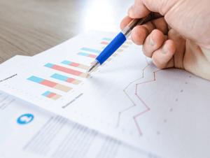 Hojas con informe para un negocio sobre el análisis de los datos en marketing  digital - gráficos a color