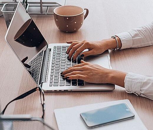 posicionamiento web en google simbolizado en una mujer que trabaja con su notebook en su escritorio